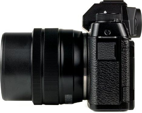 Bild Auf der linken Seite der X-T100 befindet sich nur der Anschluss für die optionale Kabelfernbedienung beziehungsweise das Stereomikrofon. [Foto: MediaNord]