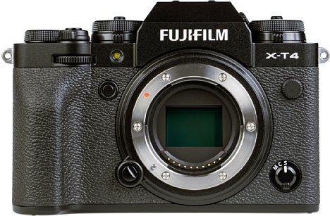 Bild Ohne das massive Objektiv sind die verschiedenen Bedienelemente und der weich geformte Griff der Fujifilm X-T4 gut erkennbar. [Foto: MediaNord]