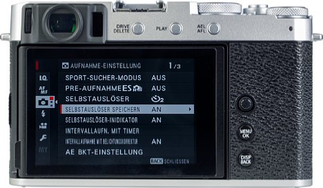 Bild Beim rückwärtigen Bildschirm der Fujifilm X-E4 handelt es sich um einen Touchscreen, der sich erstmals in dieser Kameraserie nach unten und nach oben (sogar um 180 Grad für Selfies oder als Kontrollmonitor) klappen lässt. [Foto: MediaNord]