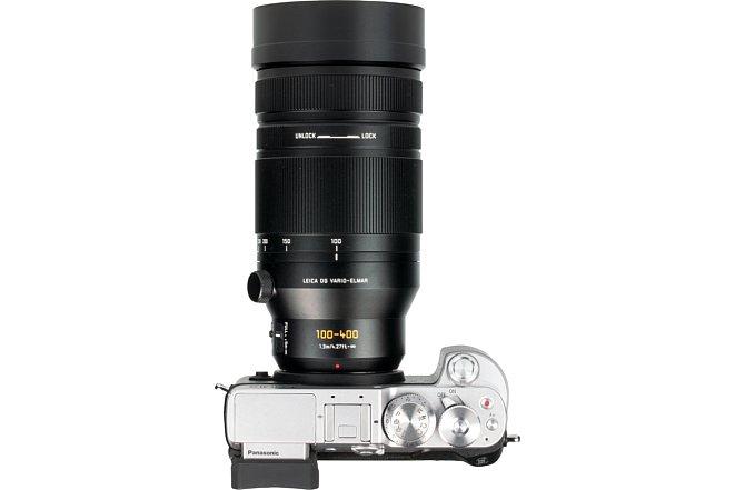 Bild Vorne angepackt kann man das Panasonic Leica DG Vario-Elmar 100-400 mm 4-6.3 Asph. Power OIS wie ein Schiebezoom benutzen. Alternativ lässt sich die Brennweite mittels eines Stopp-Rings fixieren, dann kann nur noch mit viel Widerstand gezoomt werden. [Foto: MediaNord]