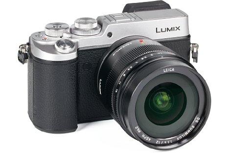 Bild Mit sieben mal sieben Zentimetern und 340 Gramm ist das Panasonic Leica DG Summilux 12 mm F1.4 Asph. weder klein noch leicht, passt aber wunderbar zur ebenfalls spritzwassergeschützten Lumix DMC-GX8. [Foto: MediaNord]