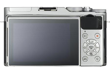 Bild Der rückwärtige Touchscreen der Fujifilm X-A3 lässt sich um 180 Grad nach oben klappen, der Augen-Autofokus wird dann automatisch aktiviert. Zudem gibt es spezielle Selbstporträt-Timer und eine digitale Hautoptimierung. [Foto: Fujifilm]