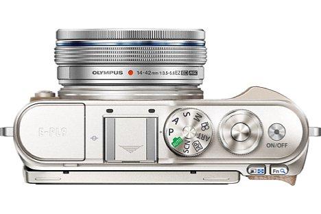 """Bild In der Ansicht von oben ist der besser ausgeformte Handgriff der Olympus Pen E-PL9 zu erkennen. Dennoch bleibt es eine flache Kamera im """"Ziegelstein""""-Design. [Foto: Olympus]"""
