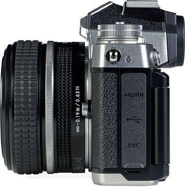 Bild Mit 3,5 mm Mikrofonbuchse, USB-C samt Lade- und Dauerstromfunktion sowie Micro-HDMI bietet die Nikon Z fc die nötigsten Schnittstellen. [Foto: MediaNord]