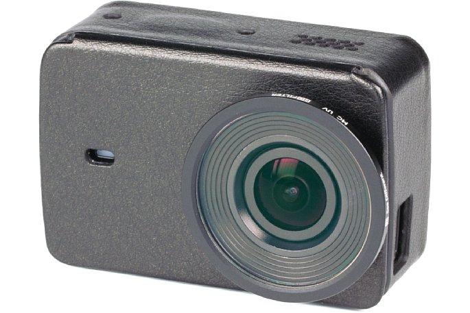 Bild Mit der Lederhülle und dem Objektiv-Schutz wirkt die Yi 4K Action Camera tatsächlich irgendwie sexy.Das Stativgewinde bleibt weiter zugänglich. Die USB-Buchsen-Abdeckung durch die kleine Aussparung zu fummeln, ist allerdings recht umständlich. [Foto: MediaNord]