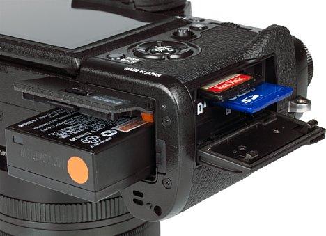 Bild Akku und Speicherkarten lassen sich bei der Fujifilm X-T2 getrennt voneinander entnehmen. Beide Steckplätze unterstützen UHS II und erreichen bis zu 117 MB/s Schreibgeschwindigkeit. [Foto: MediaNord]