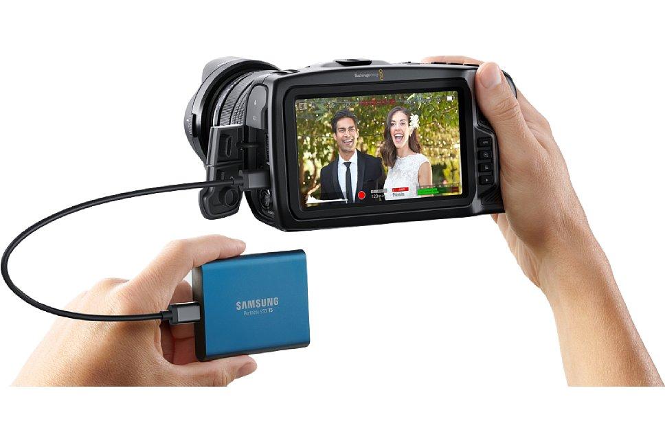 Bild Über den USB-C-Anschluss können handelsübliche portable SSDs an die Blackmagic Pocket Cinema Camera 4K angeschlossen werden und als preisgünstiges Aufzeichnungsmedium dienen. Natürlich erreichen nicht alle SSDs die erforderlichen Datenraten für CinemaDNG. [Foto: Blackmagic]