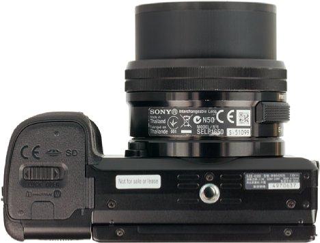 Bild Das Stativgewinde sitzt bei der Sony Alpha 6100 in der optischen Achse und sogar weit genug vom Akku- und Speicherkartenfach entfernt, so dass eine Stativschnellwechselplatte beim Öffnen montiert bleiben kann. [Foto: MediaNord]