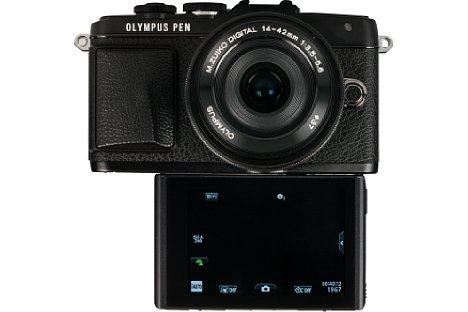 """Bild Für Selbstporträts, heutzutage unter dem Begriff """"Selfies"""" bekannt, lässt sich das Display der Olympus Pen E-PL7 nach vorne klappen. Zum Auslösen werden extra Bedienelemente eingeblendet. [Foto: MediaNord]"""