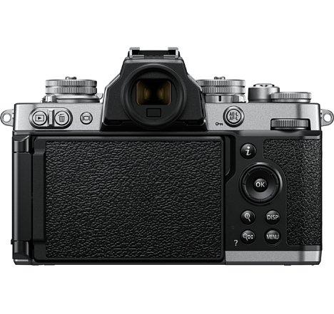 Bild Der Bildschirm der Nikon Z fc lässt sich zum Schutz verkehrt herum anklappen. Auf der Rückseite besitzt er ein zur Belederung passendes Design. [Foto: Nikon]