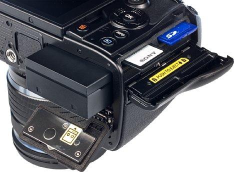 Bild Das Speicherkartenfach derOlympus OM-D E-M1 Mark III kann zwei SD-Speicherkarten fassen. Allerdings unterstützt nur der erste Kartenslot die schnelle UHS-II-Technologie. [Foto: MediaNord]