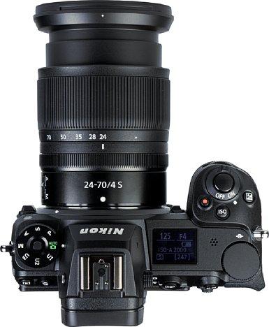Bild Die Nikon Z 7II bietet einen sehr gut ausgeformten und damit ergonomischen Handgriff. Praktisch ist auch das Schulterdisplay, das über die wichtigsten Aufnahmeparameter informiert. [Foto: MediaNord]