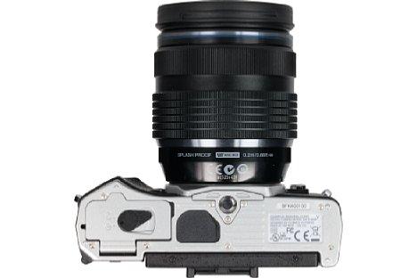 Bild Das Stativgewinde sitzt bei der Olympus OM-D E-M5 Mark II nun in der optischen Achse und mit gutem Abstand zum Akkufach. [Foto: MediaNord]