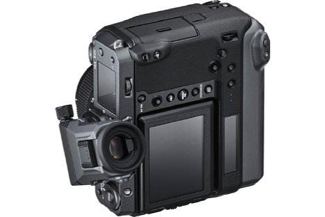 Bild Vor allem im Hochformat wird das seitliche Schwenken des Suchers mit Hilfe des EVF-TL1 an der Fujifilm GFX100 sehr nützlich. [Foto: Fujifilm]