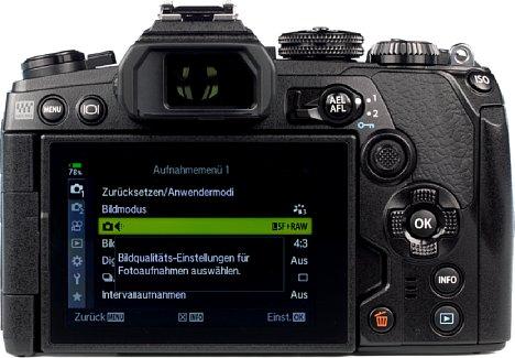 Bild Der Touchscreen der Olympus OM-D E-M1 Mark III kann um180 Grad geschwenkt und um270 Grad gedrehtwerden. So behält der Fotograf in jeder Aufnahmesituation den Überblick. [Foto: MediaNord]
