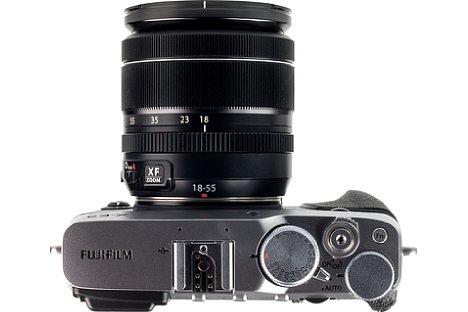 Bild Die Fujifilm X-E3 ist mit Einstellrädchen übersät. Zusammen mit den vielen, programmierbaren Knöpfen ist eine sehr direkte Bedienung der Aufnahmefunktionen möglich. [Foto: MediaNord]
