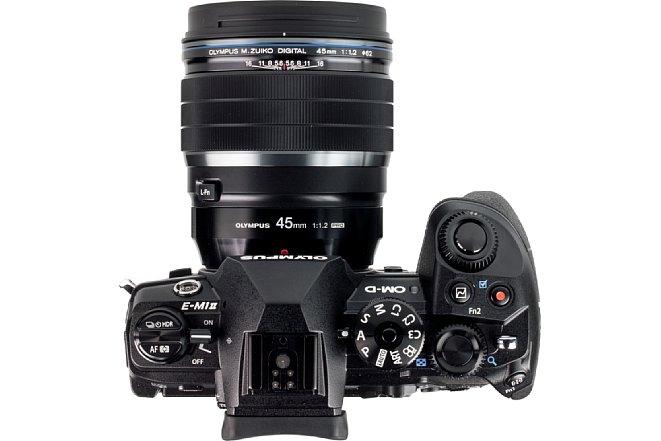 Bild Zieht man den Fokusring des Olympus 45 mm 1.2 ED Pro nach hinten, so erscheint eine Entfernungsskala unterhalb der Schärfentiefeskala und man kann wunderbar manuell fokussieren. [Foto: MediaNord]