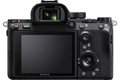 """Bild Der Bildschirm der """"alten"""" Sony Alpha 7R III löst 1,44 Millionen Bildpunkte auf und besitzt einen """"Sony""""-Schriftzug am unteren Rand. [Foto: Sony]"""