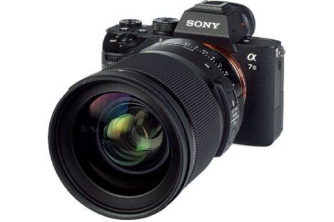 Bild An der kleinen Sony Alpha 7 III ist das wuchtige Sigma 35 mm F1.2 DG DN Art sehr frontlastig. [Foto: MediaNord]