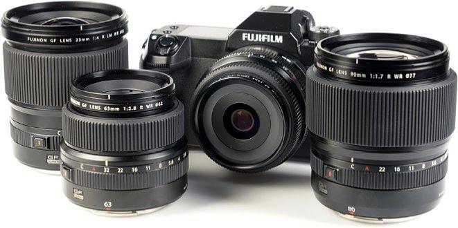 Bild Frisch zum Test eingetroffen (von Links nach Rechts): Fujinon GF 23 mm, Fujinon GF 63 mm, Fujifilm GFX100S mit Fujinon GF 50 mm und Fujinon GF 80 mm. [Foto: MediaNord]