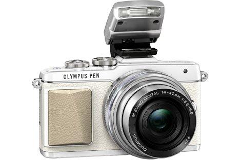 Bild Die weiße Olympus Pen E-PL7 wirkt dagegen etwas stylischer, hier mit dem mitgelieferten Aufsteckblitz FL-LM1. [Foto: Olympus]
