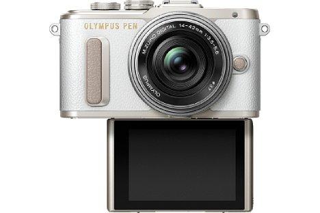 Bild Der Touchscreen der Olympus Pen E-PL8 lässt sich nicht nur um 80 Grad nach oben, sondern auch um 180 Grad nach unten klappen. Dabei schaltet die Kamera automatisch in den Selfie-Modus. [Foto: Olympus]
