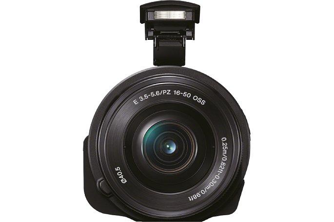 Bild Sogar einen eingebauten Blitz hat Sony der QX1 spendiert. Er klappt hoch aus, damit das Objektiv das Bild möglichst nicht abschattet. [Foto: Sony]