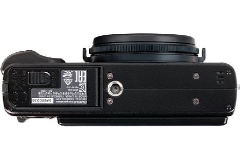 Bild Das Stativgewinde der Fujifilm X70 könnte unglücklicher nicht platziert sein. Es befindet sich nicht nur außerhalb der optischen Achse, sondern auch in direkter Nachbarschaft zum Akku- und Speicherkartenfach, so dass dieses bei Benutzung blockiert wird. [Foto: MediaNord]
