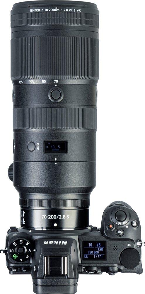 Bild Auf dem kleinen Status-OLED des Nikon Z 70-200 mm F2.8 VR S lassen sich wahlweise die Brennweite, die Blendeoder aber die Entfernung samt blenden- und entfernungsabhängiger Schärfentiefe anzeigen. [Foto: MediaNord]