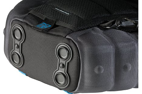 Bild Beim Abstellen auf feuchtem Grund schützen Gummifüße die Slingtasche vor Nässe. [Foto: Cullmann]