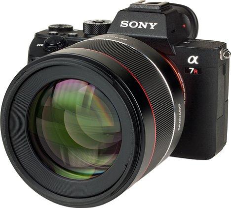 Bild Typisch für ein lichtstarkes Porträtobjektiv ist die große Frontlinse, die auch beim Samyang AF 85 mm F1.4 FE zu finden ist. Das Filtergewinde misst 77 Millimeter im Durchmesser. [Foto: MediaNord]
