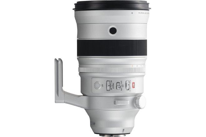 Bild Das 6.000 Euro teure Fujifilm XF 200 mm F2 R LM OIS WR bringt fast 2,3 Kilogramm auf die Waage und ist mit fester Stativschelle und allerlei Sonderfunktionen mit dazugehörigen Bedienelementen ausgestattet. [Foto: Fujifilm]