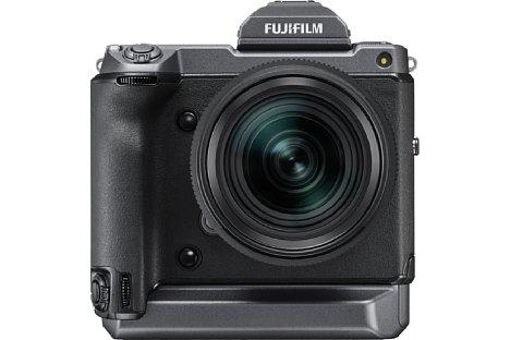 Bild Die Fujifilm GFX100 besitzt ein robustes Gehäuse mit integriertem Hochformatgriff. [Foto: Fujifilm]