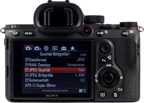 Bild Auf der Rückseite bietet die Sony Alpha 7R III nun, genau wie die Alpha 9, einen Fokus-Joystick. Alternativ kann der Touchscreen dafür genutzt werden, die Menüs lassen sich jedoch nur mit den Tasten bedienen. [Foto: MediaNord]