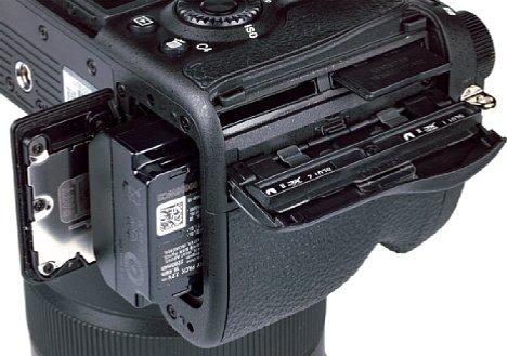 Bild Beide Speicherkartenfächer der Sony Alpha 7R IV sind zwar USH-II-kompatibel, nutzen aber nicht annähernd das Geschwindigkeitspotential. Der Akku dagegen bekommt für seine Ausdauer und die flexiblen Lademöglichkeiten viel Lob. [Foto: MediaNord]
