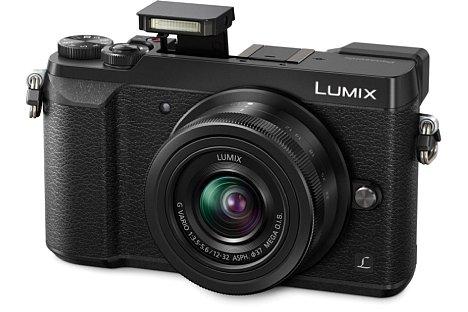 Bild Der kleine Pop-Up-Blitz der Panasonic Lumix DMC-GX80 besitzt lediglich eine Leitzahl von 4, dank des Blitzschuhs lassen sich aber auch Systemblitzgeräte betreiben. [Foto: Panasonic]