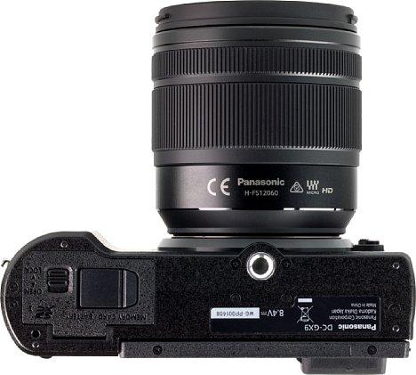 Bild Auch wenn das Staivgewinde der Panasonic Lumix DC-GX9 etwas weit vorne sitzt, befindet es sich immerhin in der optischen Achse und vor allem weit genug entfernt vom Akku- und Speicherkartenfach. [Foto: MediaNord]