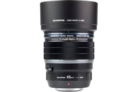 Bild Die Streulichtblende LH-66B gehört zum Lieferumfang des Olympus 45 mm 1.2 ED Pro. Es ist dieselbe wie beim 25 mm 1.2 ED Pro. [Foto: MediaNord]