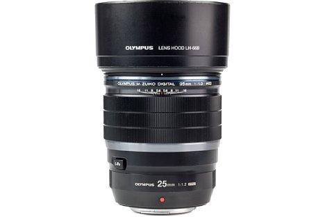 Bild Die Streulichtblende LH-66B gehört beim Olympus 25 mm 1.2 ED Pro zum Lieferumfang. [Foto: MediaNord]
