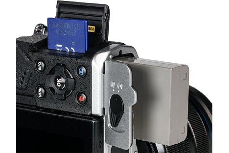 Bild Akku und Speicherkarte werden bei der Olympus OM-D E-M5 Mark II getrennt entnommen. [Foto: MediaNord]