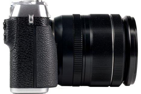 Bild Der Handgriff der Fujifilm X-E3 fällt sehr flach aus, so dass vor allem die rutschfeste Gummibeklebung für den nötigen halt sorgt. [Foto: MediaNord]