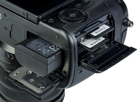 Bild Akku und Speicherkarten lassen sich bei der Panasonic Lumix DC-GH5 II getrennt voneinander entnehmen. [Foto: MediaNord]