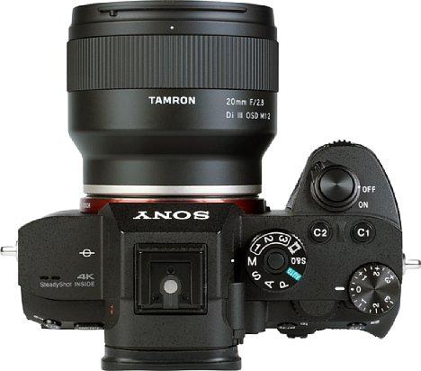Bild Das Tamron 20 mm F2.8 Di III OSD M1:2 (F050) ist trotz seiner Größe mit nur 220 Gramm ziemlich leicht. [Foto: MediaNord]