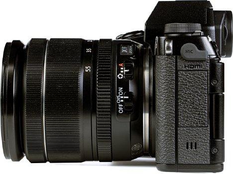 Bild Auf der linken Seite der Fujifilm X-S10 sind die Klappen untergebracht, die die Schnittstellen abdecken. Lediglich der kombinierte Fernbedienungs/Mikrofoneingang ist mit einem Stöpsel versehen. [Foto: MediaNord]