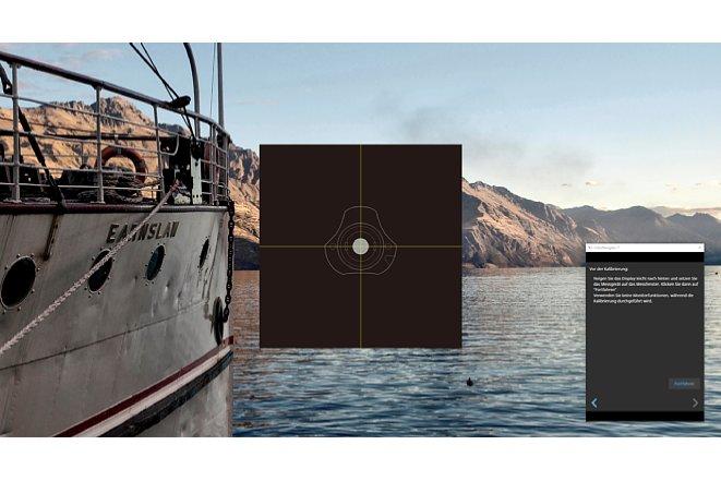 Bild Das Colorimeter, in diesem Fall ein Eizo EX4 (baugleich zum Spyder X von Datacolor), wird in der Mitte des Monitors platziert. Dabei ist es unerheblich, ob der Monitor einen neutralen Hintergrund hat oder nicht. [Foto: MediaNord]
