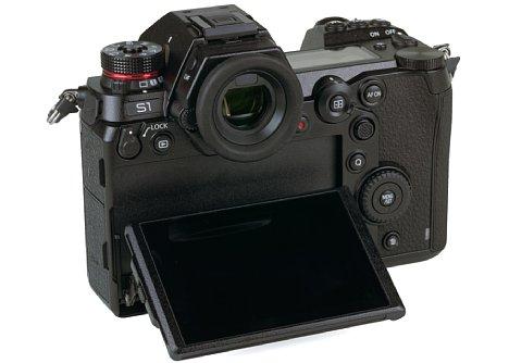 Bild Der Monitor der Panasonic Lumix DC-S1R lässt sich um bis zu 90 Grad nach oben klappen. [Foto: Medianord]
