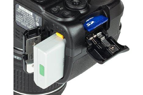 Bild Akku und Speicherkarte werden bei der Nikon D3400 praktischerweise in unterschiedlichen Fächern untergebracht.. [Foto: MediaNord]
