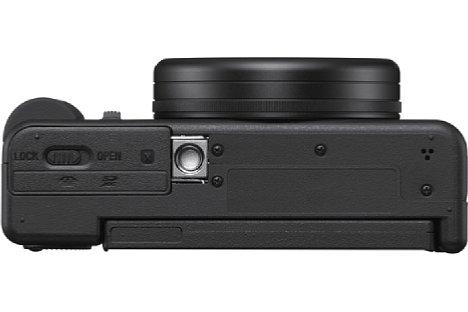 Bild Das Stativgewinde sitzt bei der Sony ZV-1 nicht in der optischen Achse. SD-Speicherkarte und Lithium-Akku teilen sich das Bodenfach. [Foto: Sony]