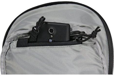 Bild In der Innentasche des Deckels kann man ein Smartphone gut verstauen. [Foto: Daniela Schmid]
