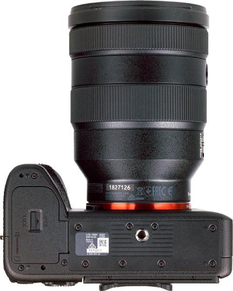 Bild Das Stativgewinde der Sony Alpha 7R IV sitzt in der optischen Achse, der Abstand zum Akkufach ist üppig. [Foto: MediaNord]